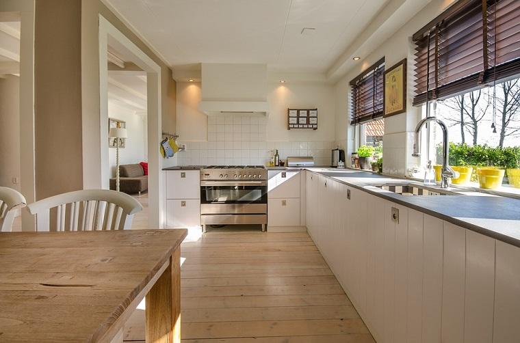 Pavimento vinilico, cucina con tavolo, mobili cucina colore bianco