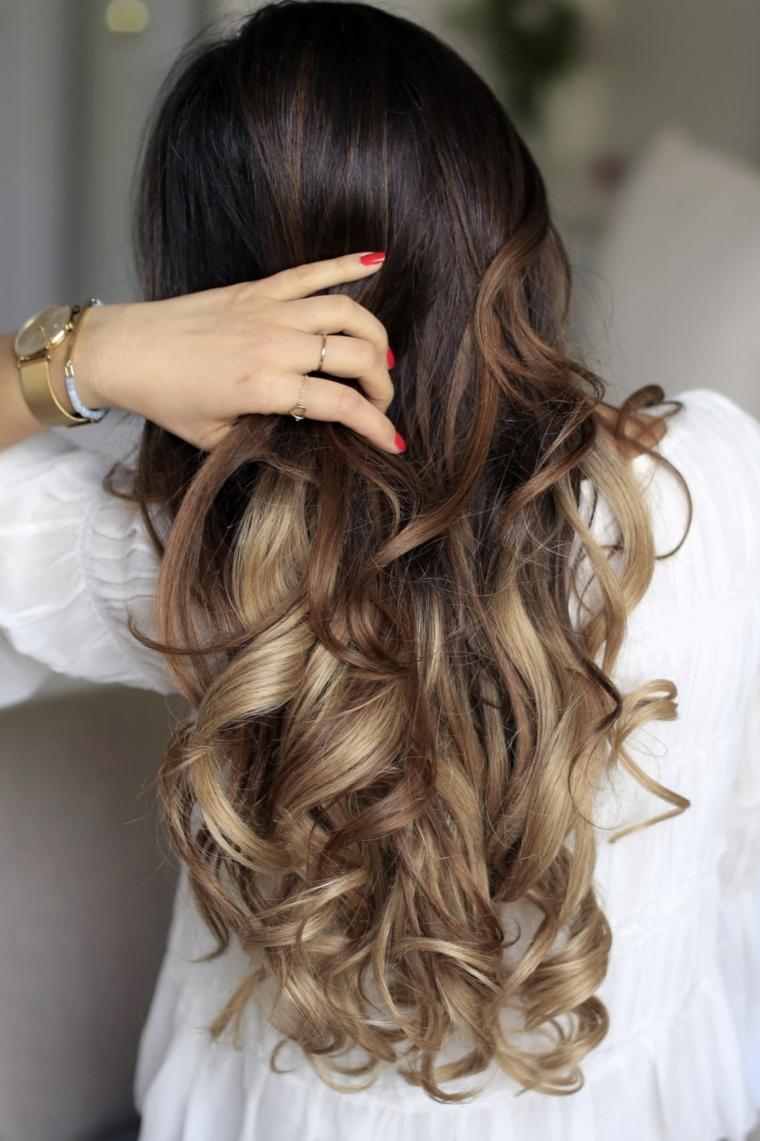 Degradè capelli castani, acconciatura capelli ricci, ombrè colore biondo