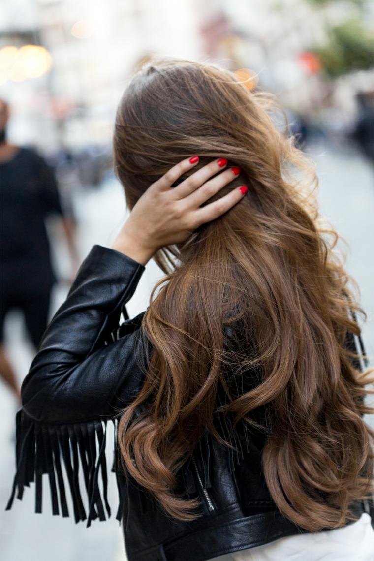 Capelli lunghi ricci, schiarente capelli, colorazione balayage, giacca di pelle con frange