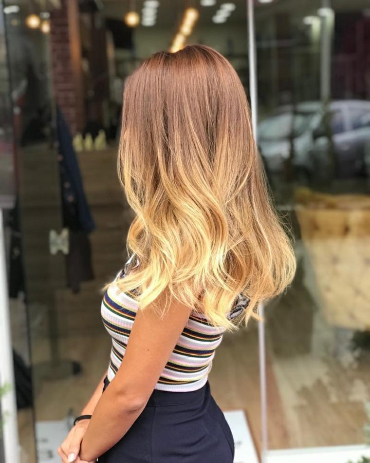 Acconciatura capelli mossi, colore ombrè biondo, decolorare i capelli