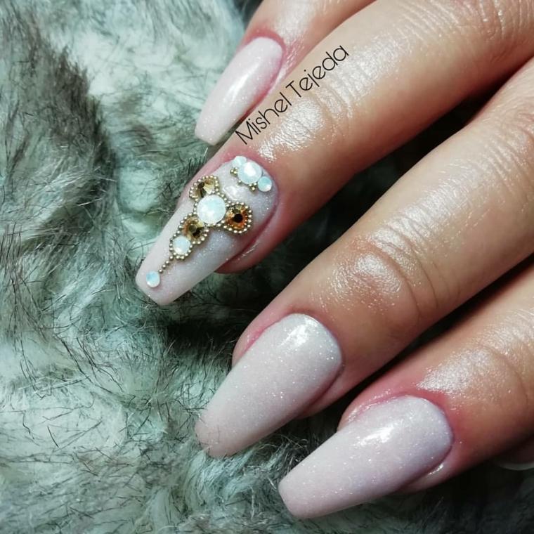 Smalto rosa effetto sugar, decorazioni con brillantini, unghie color cipria