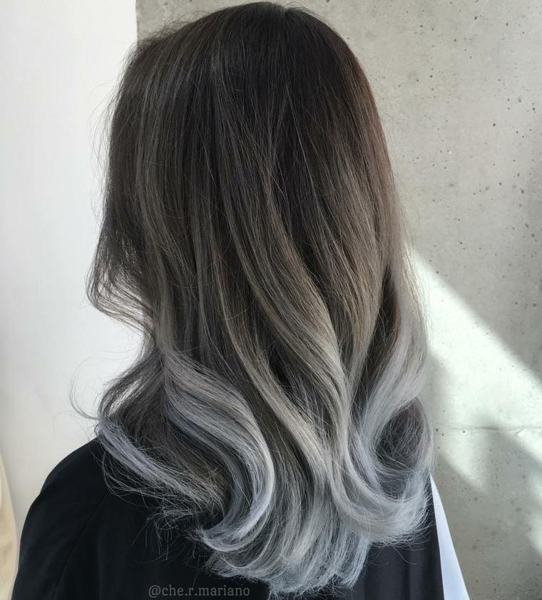 Capelli ombrè grigio, radici colore nero, acconciatura ricci