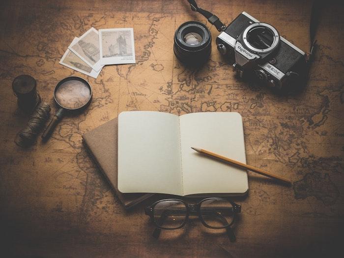 Diario di un viaggio, quaderno con fogli bianchi, sfondo per il cellulare