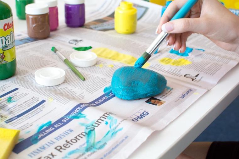 Lavoretto per bambini, dipingere le pietre, bottiglie con colori acrilici