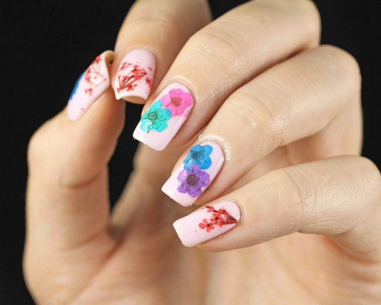 Disegni di fiori, smalto colore rosa, ricostruzione unghie corte