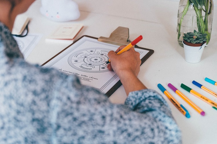 Come disegnare un mandala, donna che colora, pennarelli colorati