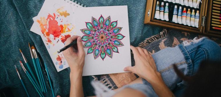 Donna che colora, disegni geometrici da colorare, foglio con disegno