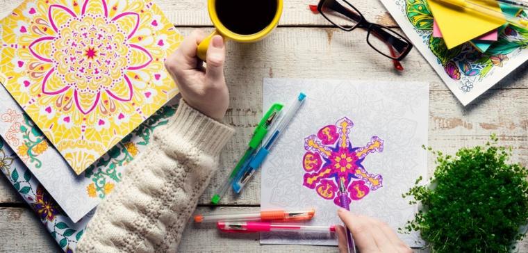 Mandala da colorare, disegni da colorare, donna con tazza di caffè