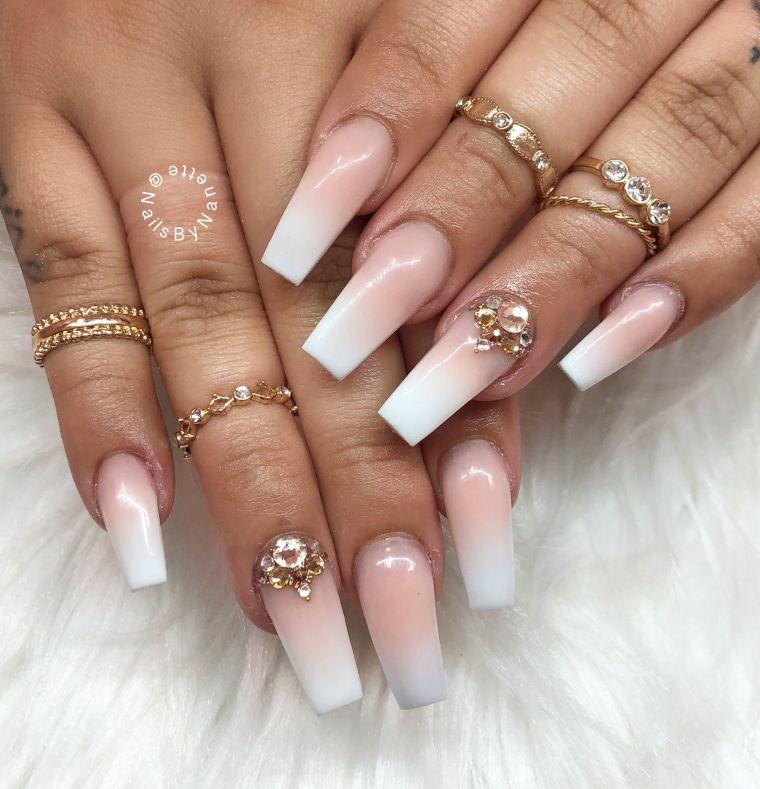 Smalto colore ombre, smalto rosa, anelli in oro, tatuaggio sulle dita
