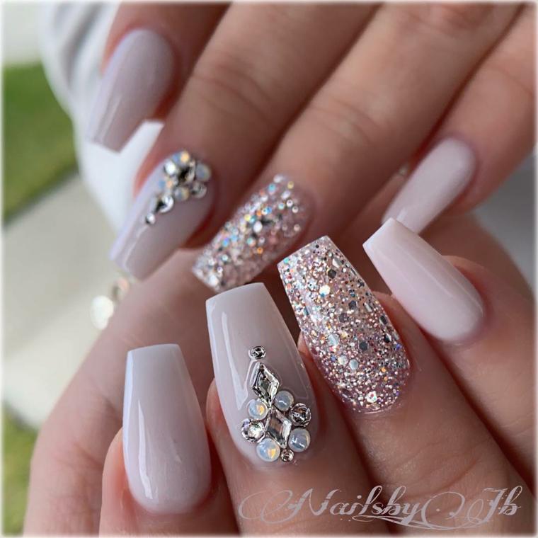 Smalto argento glitter, unghie ballerina, smalto colore beige, decorazioni con brillantini