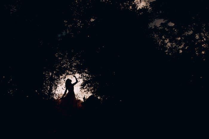 Wallpaper tumblr, silhouette di una donna, foresta con alberi