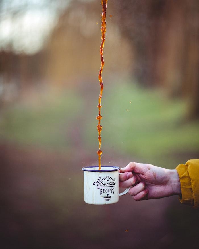 Tazza con caffè, mattino in montagna, wallpaper tumblr, mano di una donna