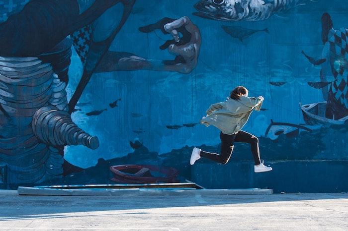 Ragazza che salta, muro con graffiti, idea wallpaper tablet