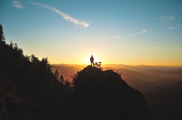 Uomo in mezzo alla natura, cielo sereno blu, cambiare lo sfondo del computer