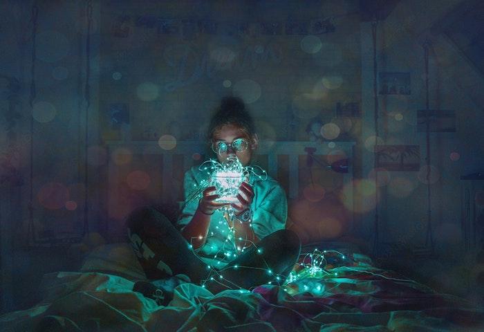 Ragazza con fili luminosi, lucine notturne, sfondo per Iphone