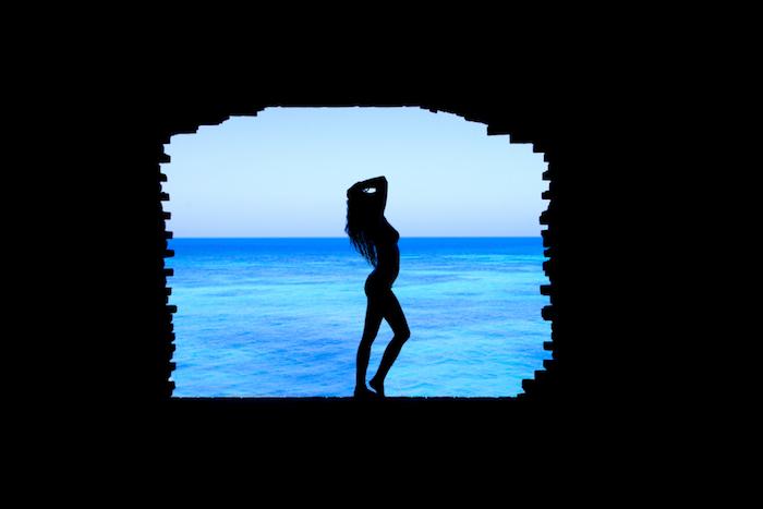 La silhouette di una ragazza, vista mare azzurro, sfondo per Iphone