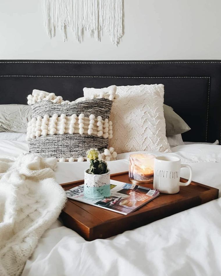 Immagini buffe, colazione a letto, tazza con caffè, vaso con fiore
