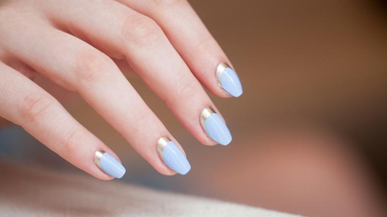 Unghie quadrate, smalto colore azzurro, french manicure inversa