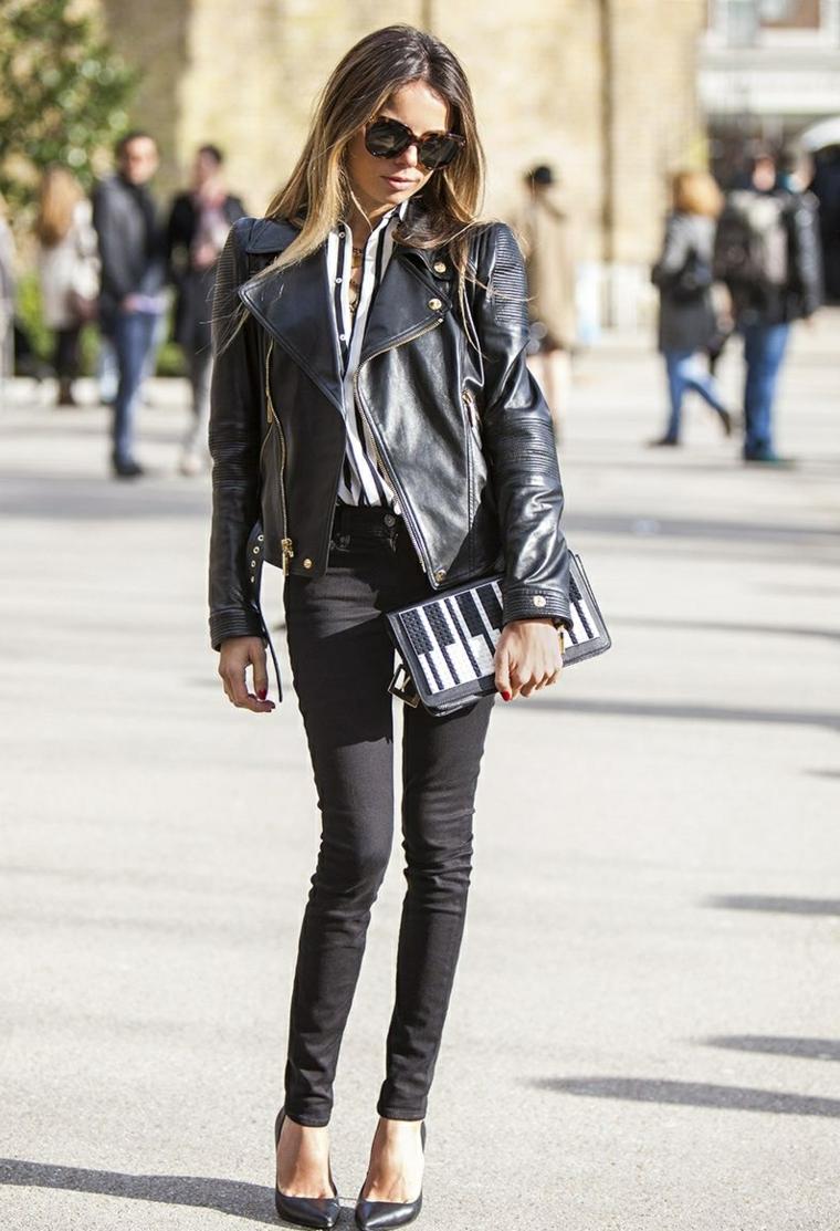 Capelli lunghi mossi, colorazione capelli ombrè biondo, giacca di pelle nera