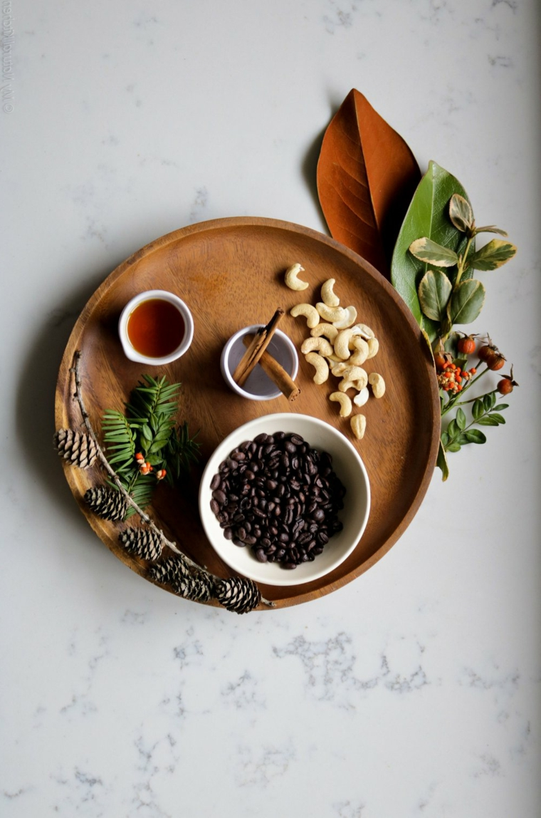 Chicchi di caffè, pigne e bacche, colazione con tisana