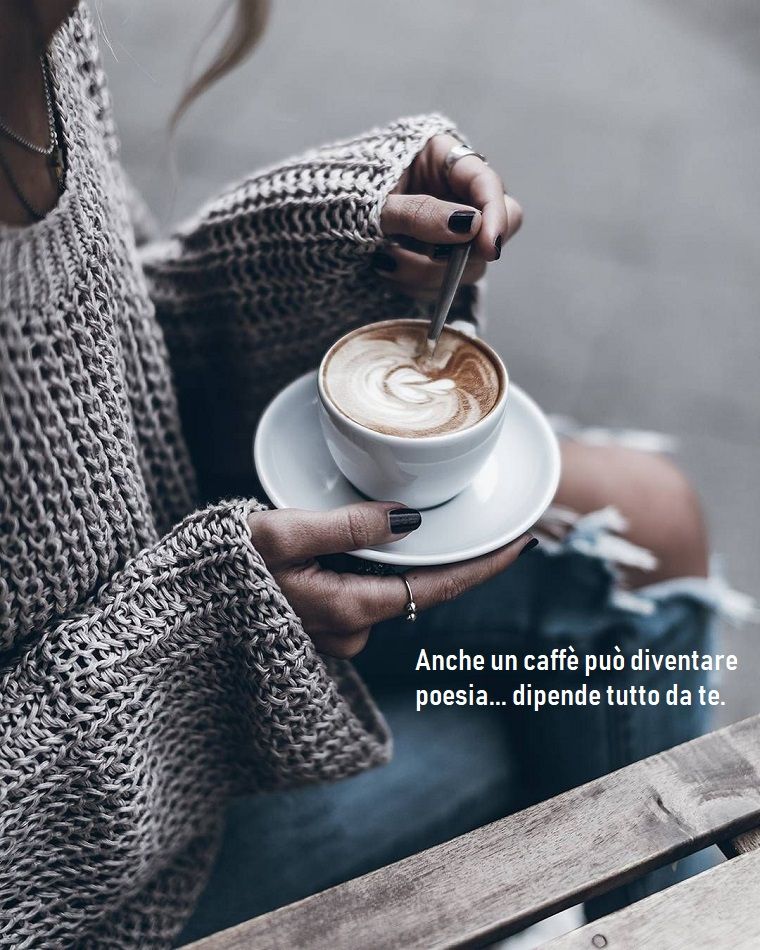 Immagini di buongiorno, donna con maglione grigio, tazza di cappuccino