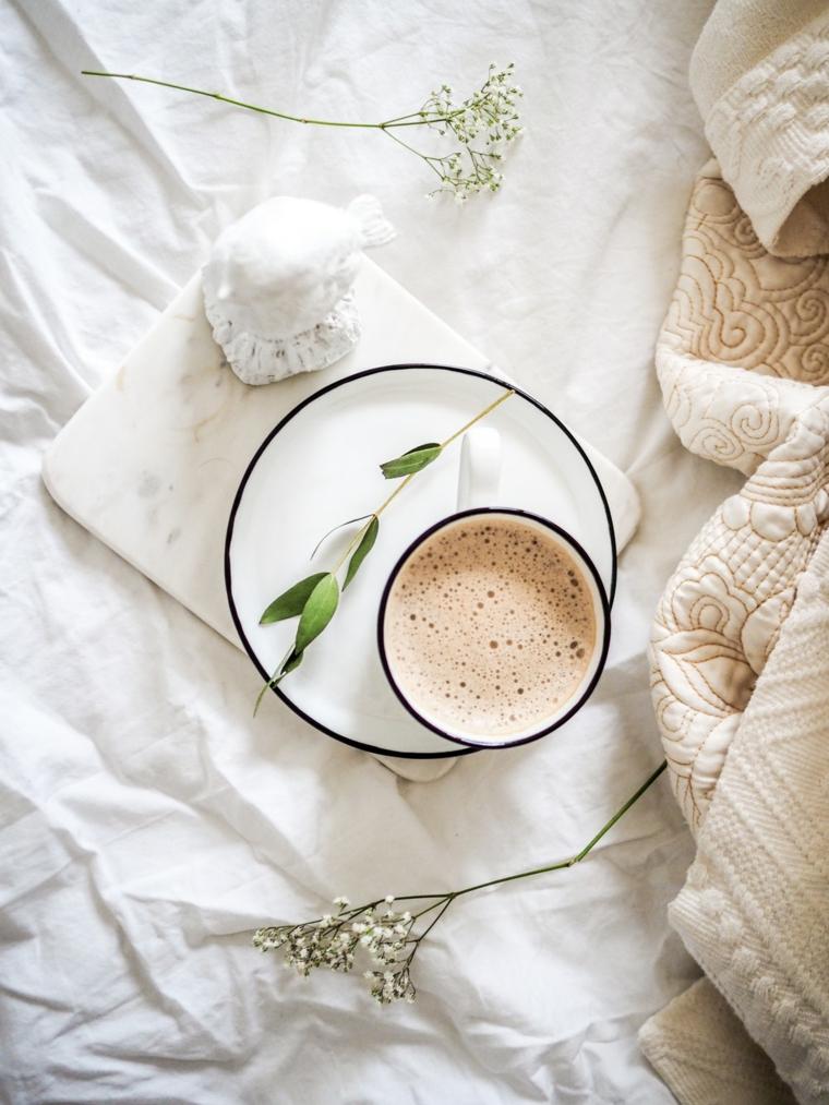 Augurare buona giornata, tazza di cappuccino, colazione a letto