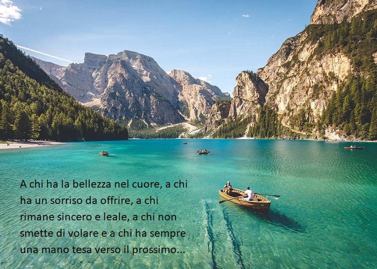 Mare con barche, montagne con alberi, frasi buongiorno simpatiche