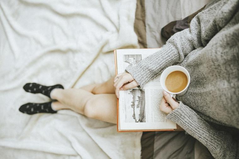 Augurare buona giornata, tazza di caffè, colazione con libro