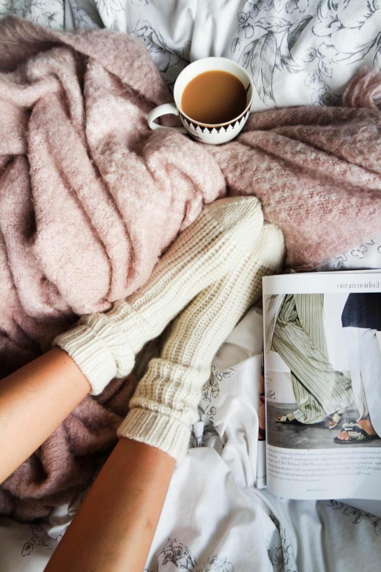 Augurare buona giornata, tazzina con caffè latte, rivista per la casa