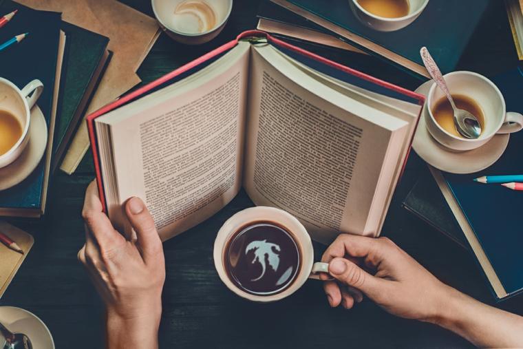 Immagini buffe, tazza di caffè, uomo che legge un libro