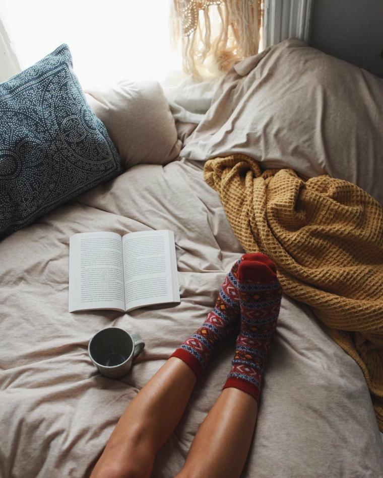 Augurare buona giornata, colazione a letto, tazzina di caffè. leggere un libro