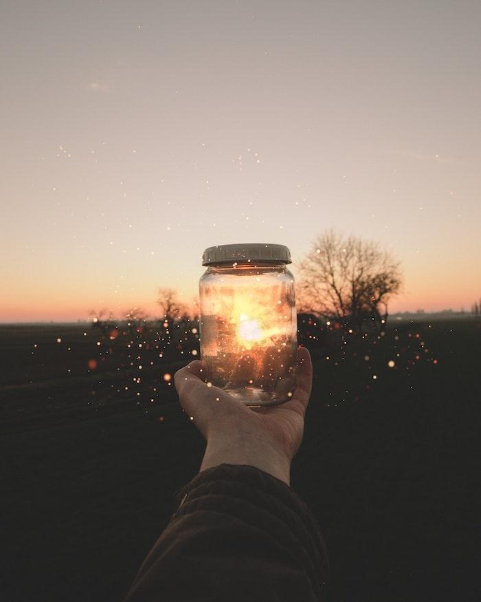 Sfondi tumblr, barattolo di vetro, lucine all'alba, mano di un uomo