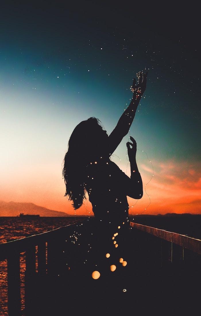 Sfondi cellulare tumblr, silhouette di una ragazza, lucine notturne