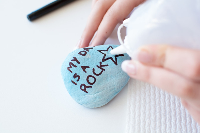 Festa del papà lavoretti, pietra dipinta di blu, scritta su una pietra