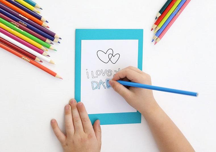 Regali per la festa del papà fatti a mano, cartolina con scritta, matite colorate