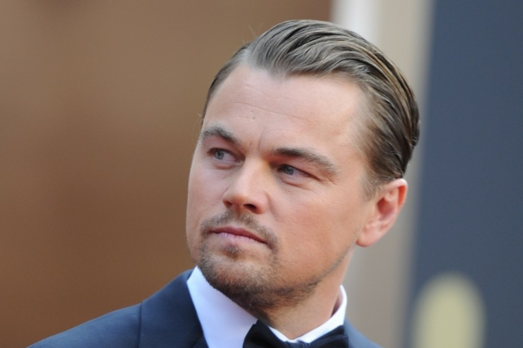 L'attore Leonardo DiCaprio, capelli fissati con gel, pettinature uomo