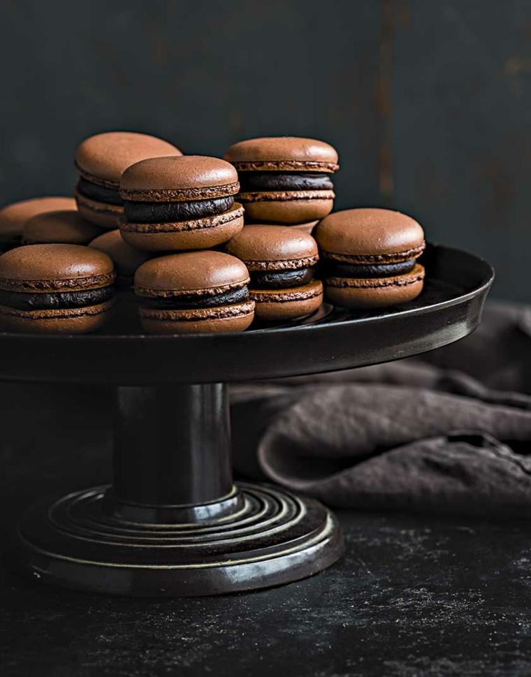 Macaron al cioccolato, colazione con dolcetti