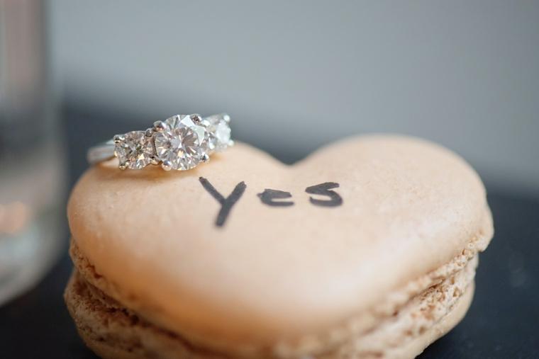 Macaron a forma di cuore, anello con diamante, scritta yes