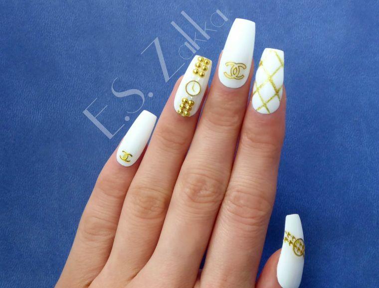 Unghie lunghe bianche, smalto colore bianco, disegni sulle unghie