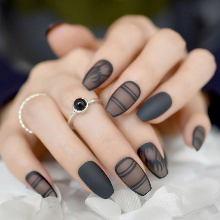 Smalto effetto pizzo, manicure di colore nero, anello in argento