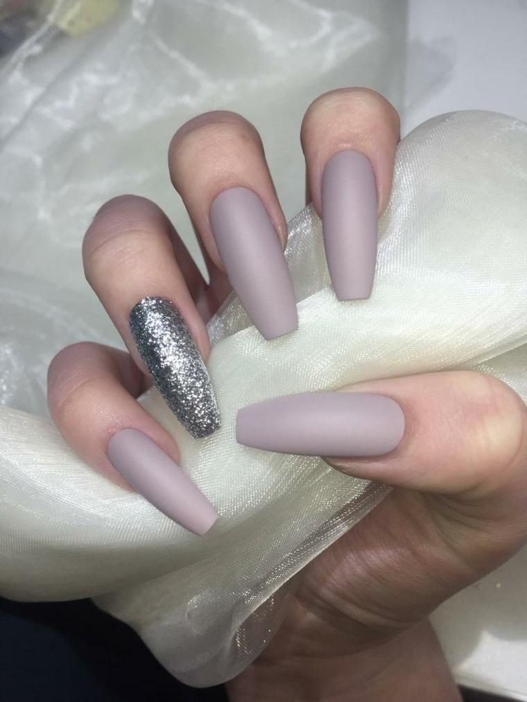 Smalto colore viola. smalto nude, accent nail in argento