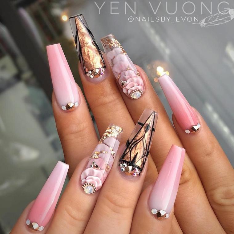 Unghie forma quadrata, smalto colore rosa, disegni sulle unghie
