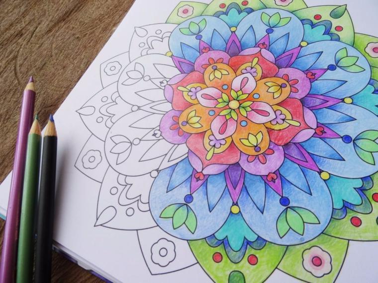 Disegni geometrici da disegnare, tre matite colorate, disegno da colorare