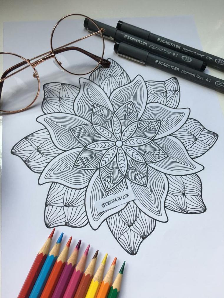 Tipi di mandala, disegno da colorare, matite colorate, foglio con disegno mandala