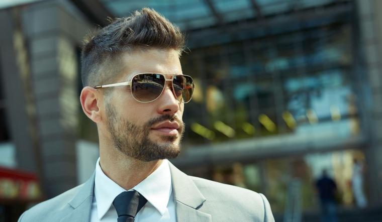 Capelli corti uomo sfumati, capelli rasati lateralmente, abbigliamento con giacca e cravatta