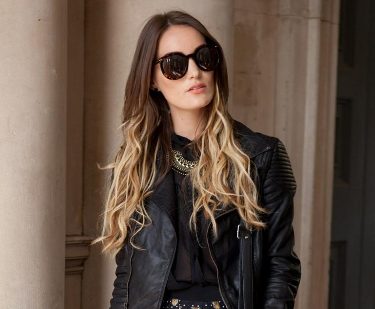 Pettinatura capelli lunghi mossi, ombrè biondo, ragazza con occhiali da sole