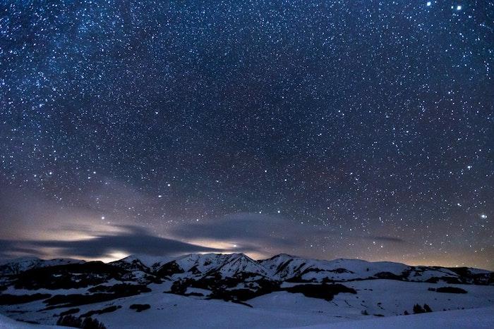 Montagna con neve, cielo notturno, idea immagine wallpaper