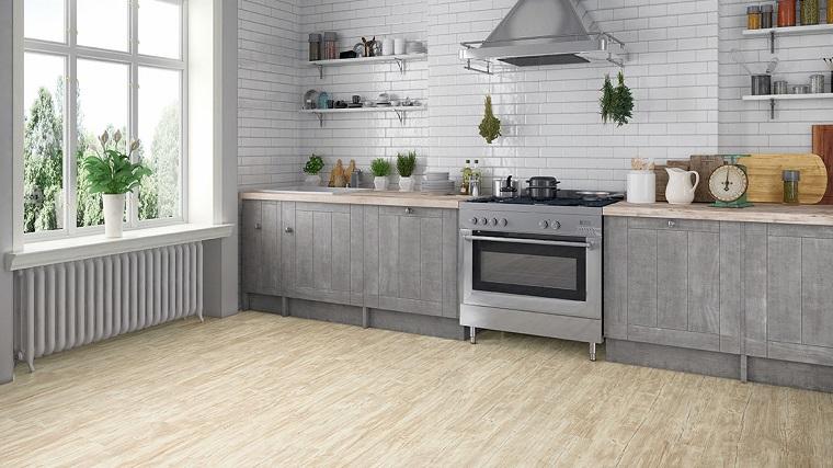 Pavimenti in pvc, cucina con mobili di legno, pavimento di colore chiaro