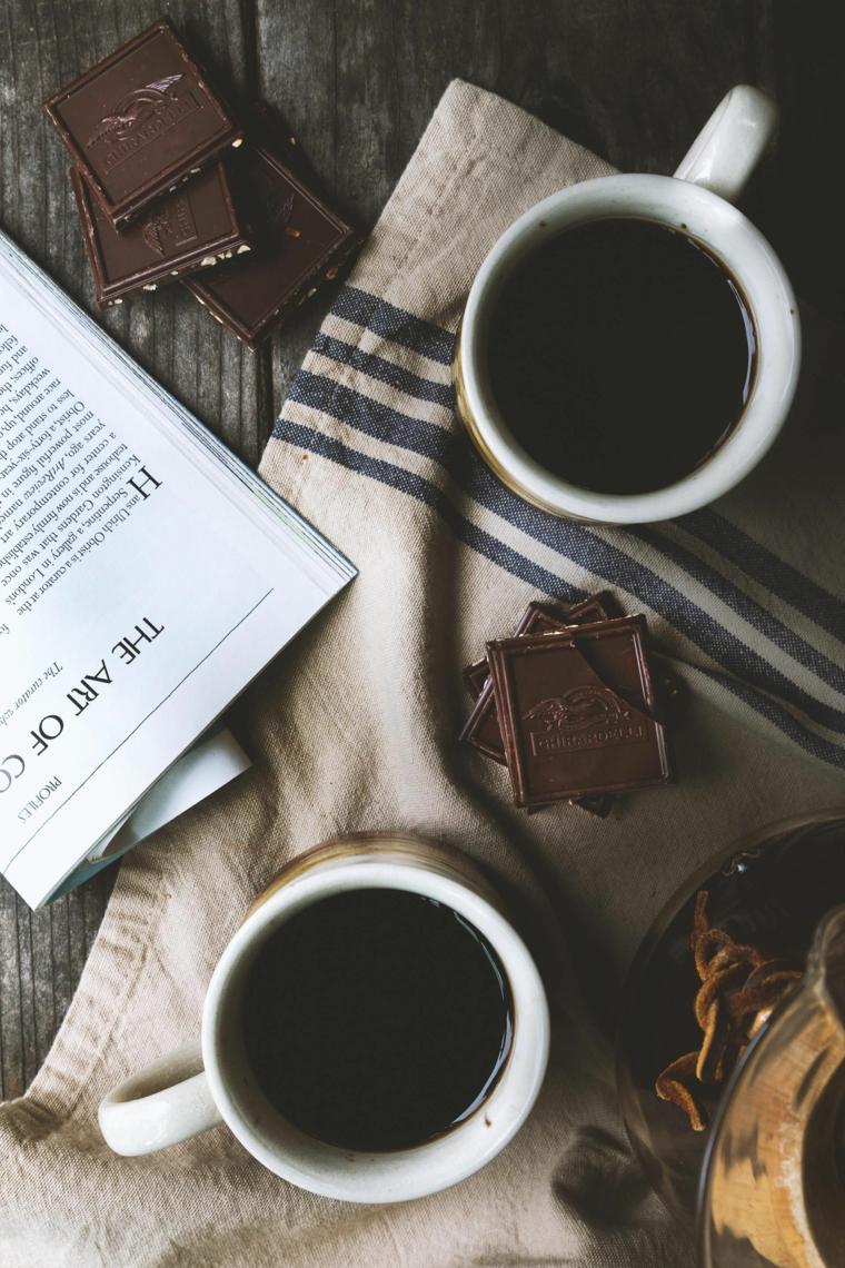 Immagini di buongiorno, tazzine con caffè, pezzi di cioccolato