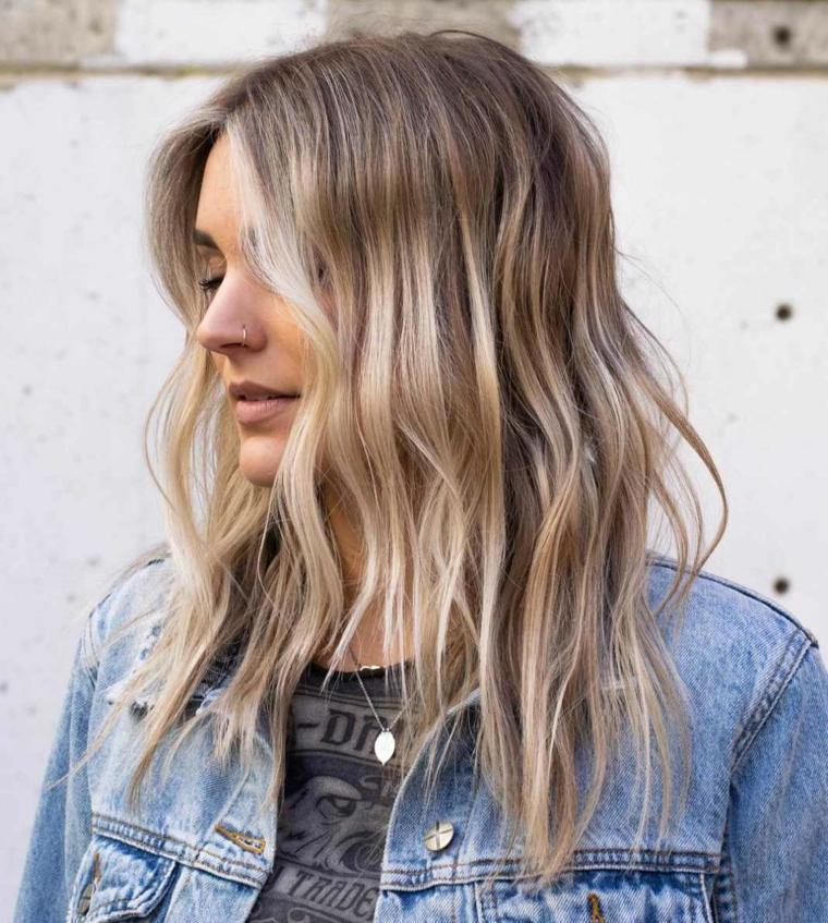 Pettinatura capelli mossi, colorazione biondo balayage